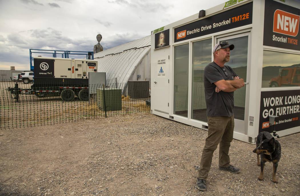 Keith Wright con Especialistas en Producción coordinando el desarrollo del Area 51 Basecamp de ...