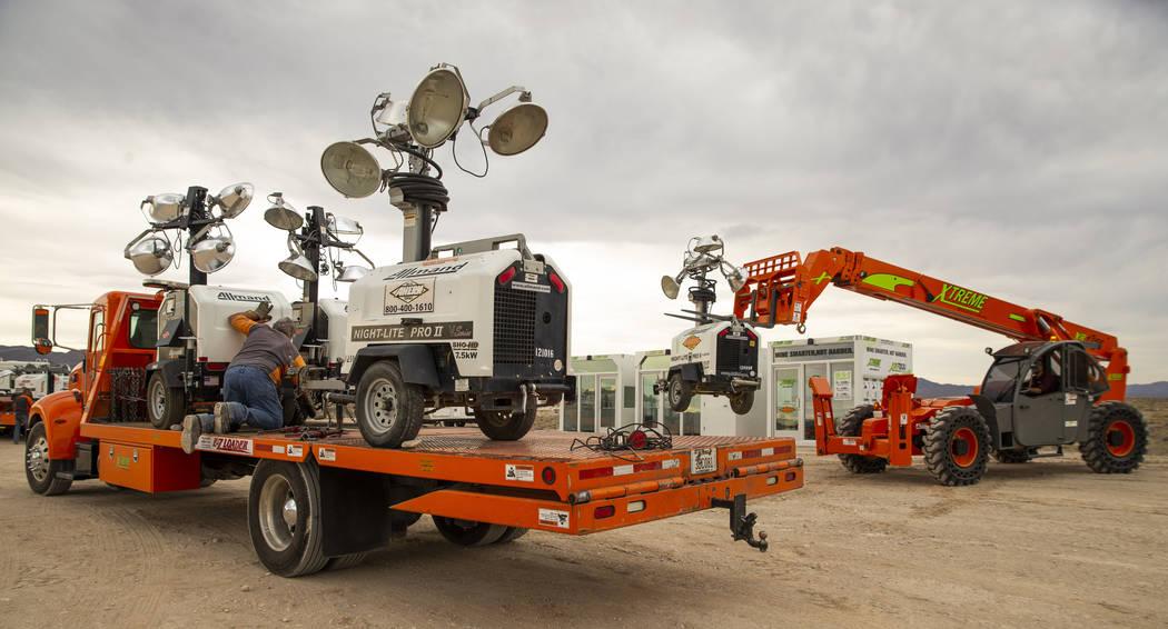 Un equipo de Ahern Rentals descarga equipos en el Area 51 Basecamp del Centro de Investigación ...