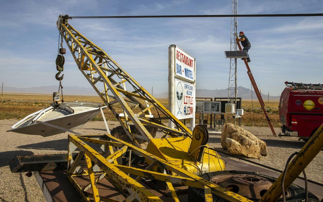 Doug Stewart con Lincoln County Telephone System Inc. trabaja en el sistema inalámbrico para e ...