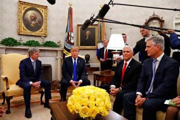 El ex rehén estadounidense en Yemen, Danny Burch, izquierda, escucha mientras el presidente Do ...