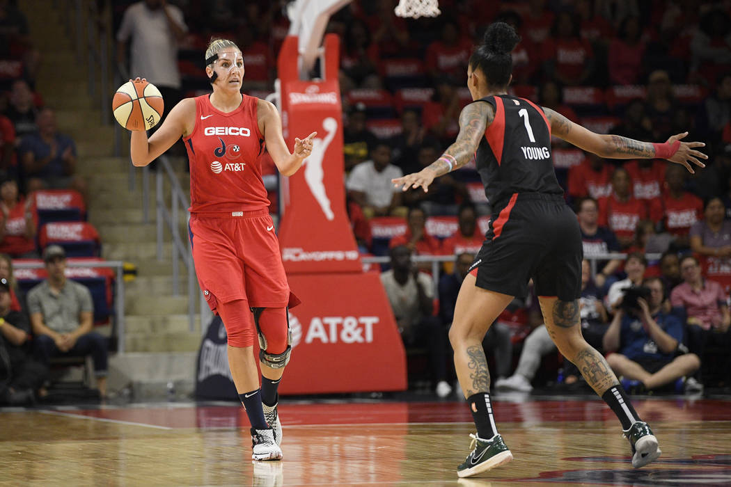 La pívot de las Washington Mystics, Elena Delle Donne, a la izquierda, bota el balón frente a ...