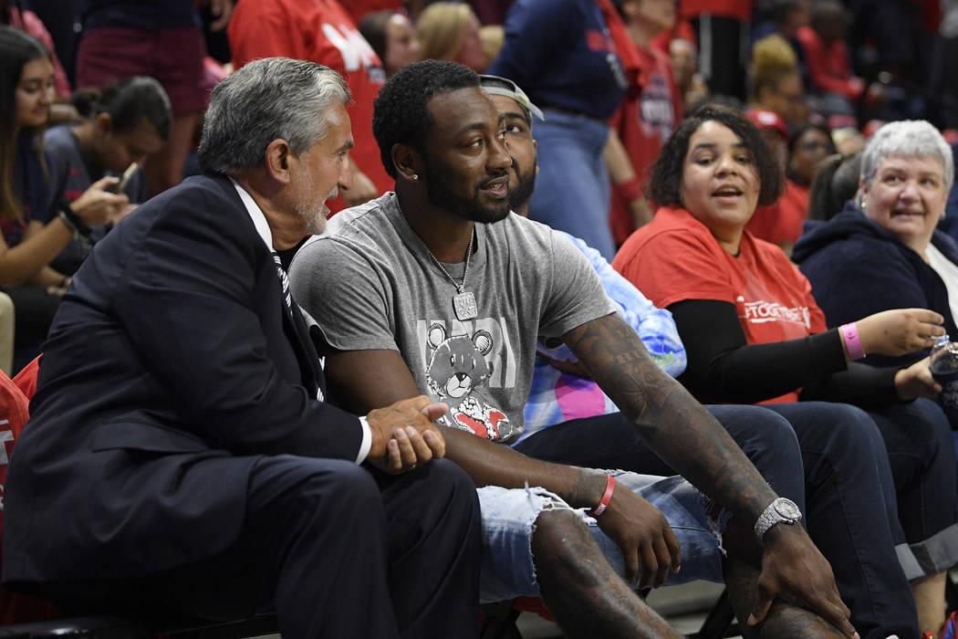 El dueño de las Washington Mystics y Wizards, Ted Leonsis, a la izquierda, habla con John Wall ...