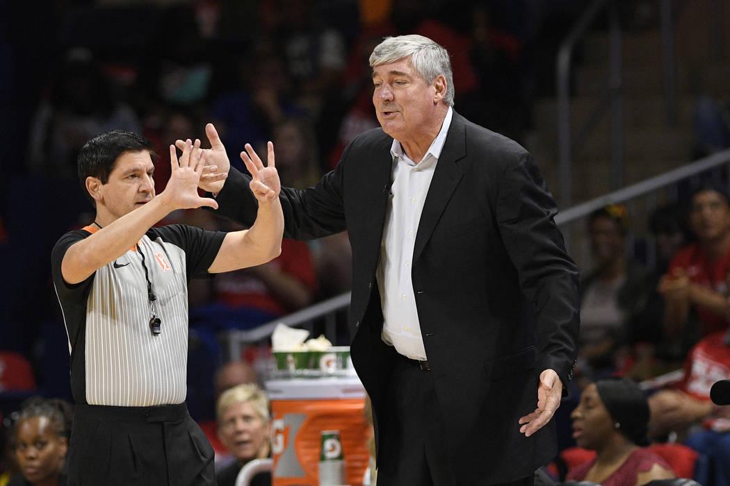 El entrenador de las Aces de Las Vegas, Bill Laimbeer, a la derecha, le hace un gesto a un árb ...
