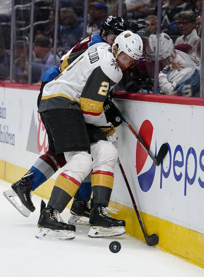 El defensa de los Vegas Golden Knights, Zach Whitecloud (2) y el centro de Colorado, Jayson Meg ...