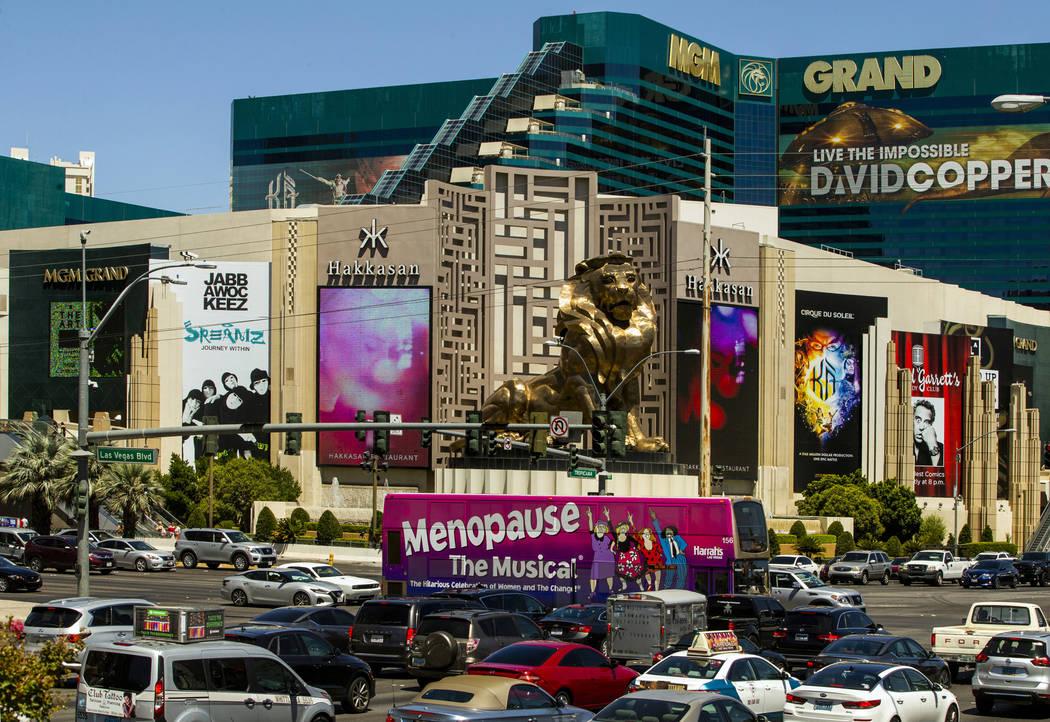 Un autobús RTC pasa por el MGM Grand conduciendo por el Strip el martes, 13 de agosto de 2019 ...