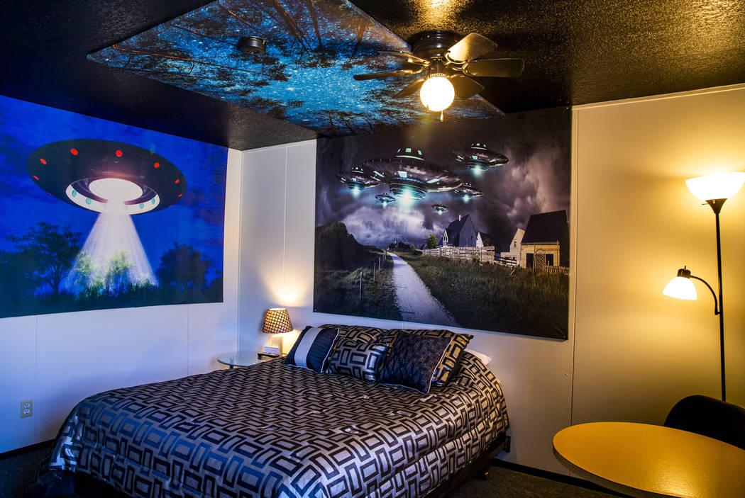 La nueva sala alienígena está lista para los primeros clientes en el Sunset View Inn en Álam ...