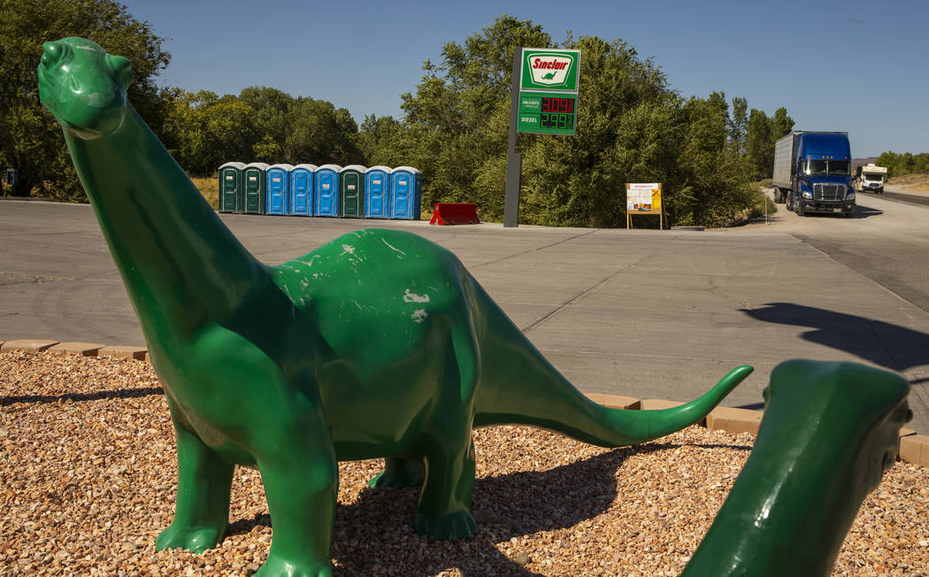 Baños portátiles se instalan fuera de la estación de servicio Sinclair en Álamo, Nevada, pa ...