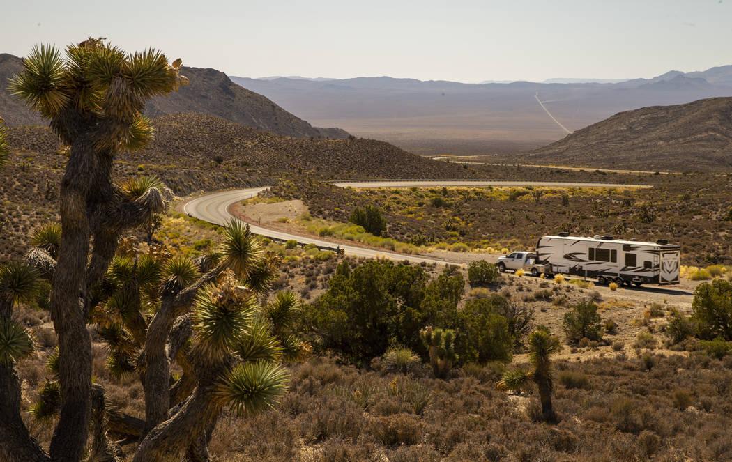 Un campista se dirige a la Cumbre Hancock a lo largo de la Carretera Extraterrestrial, que podr ...