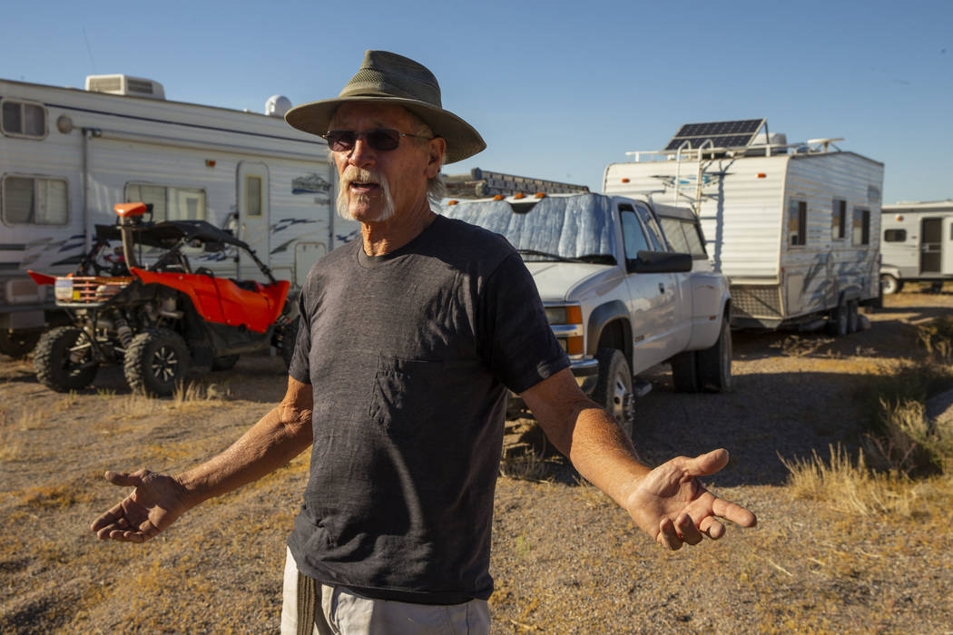 Ken Faulhaber, de Las Vegas, acampa con amigos mientras se acercan los festivales Alienstock y ...