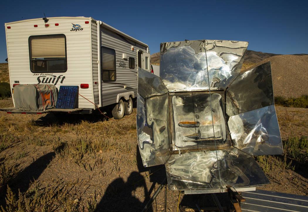 Ken Faulhaber de Las Vegas cocina la cena en un solar mientras acampa con amigos mientras se ac ...