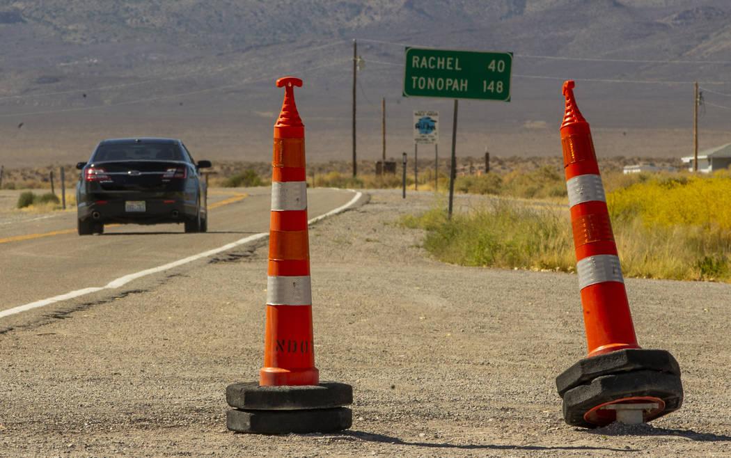Los conos denotan dónde se encontraba el letrero de la Carretera Extraterrestrial y se retiran ...