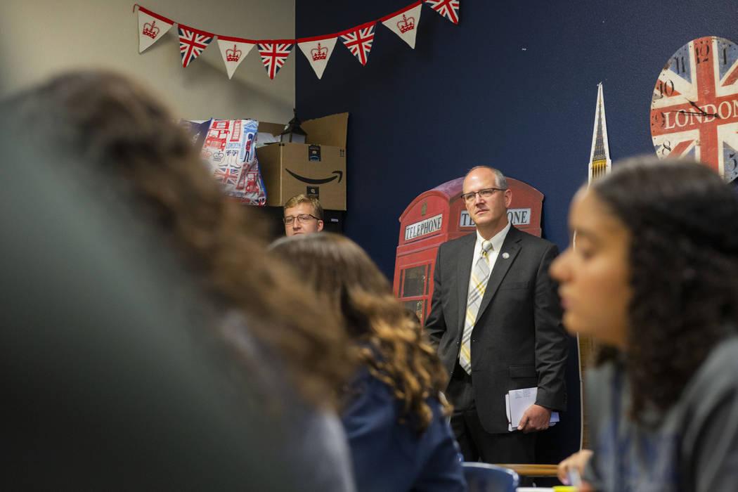 El subsecretario de Educación de los Estados Unidos, Scott Stump, recorre una clase de inglés ...