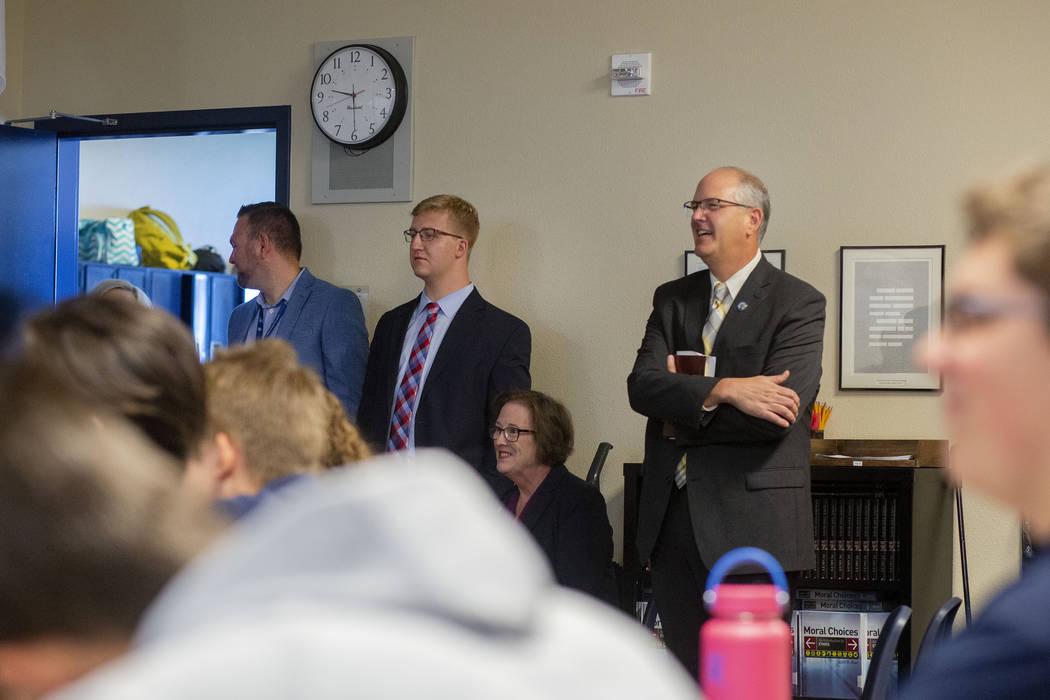 El subsecretario de Educación de los Estados Unidos, Scott Stump, recorre un salón en la Acad ...