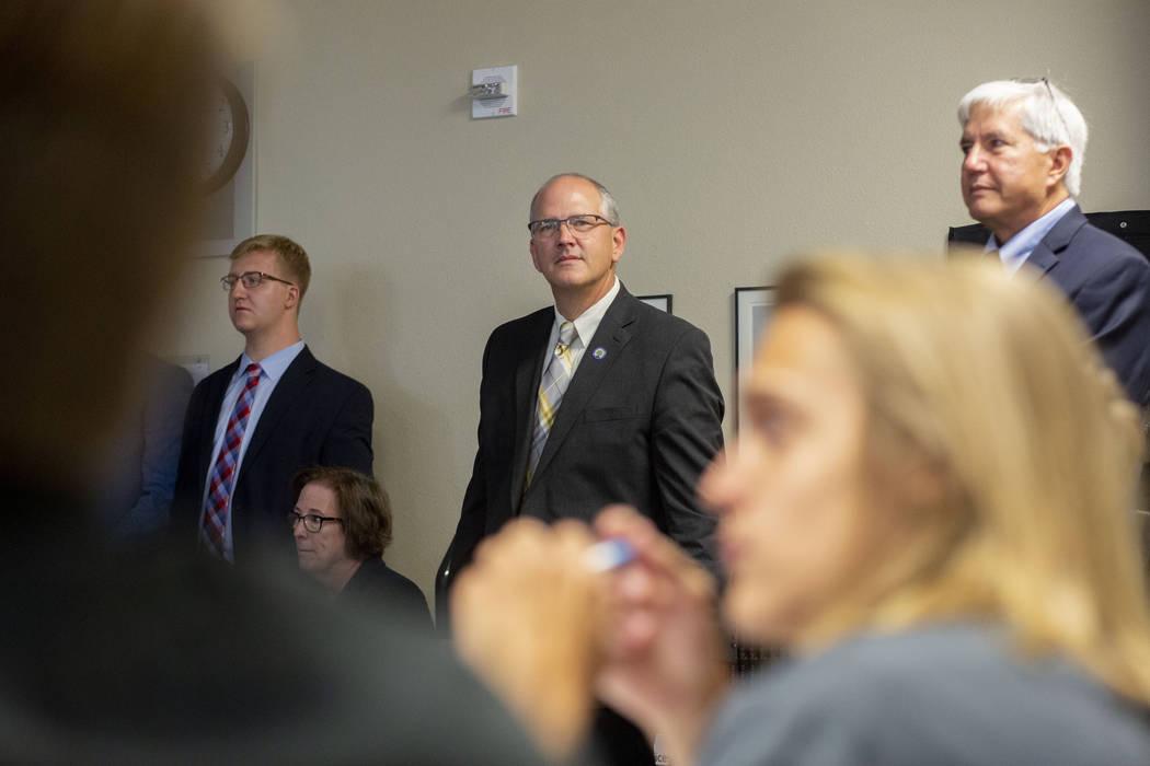 Doug Burrichtet, izquierda, el subsecretario de Educación de los Estados Unidos, Scott Stump, ...