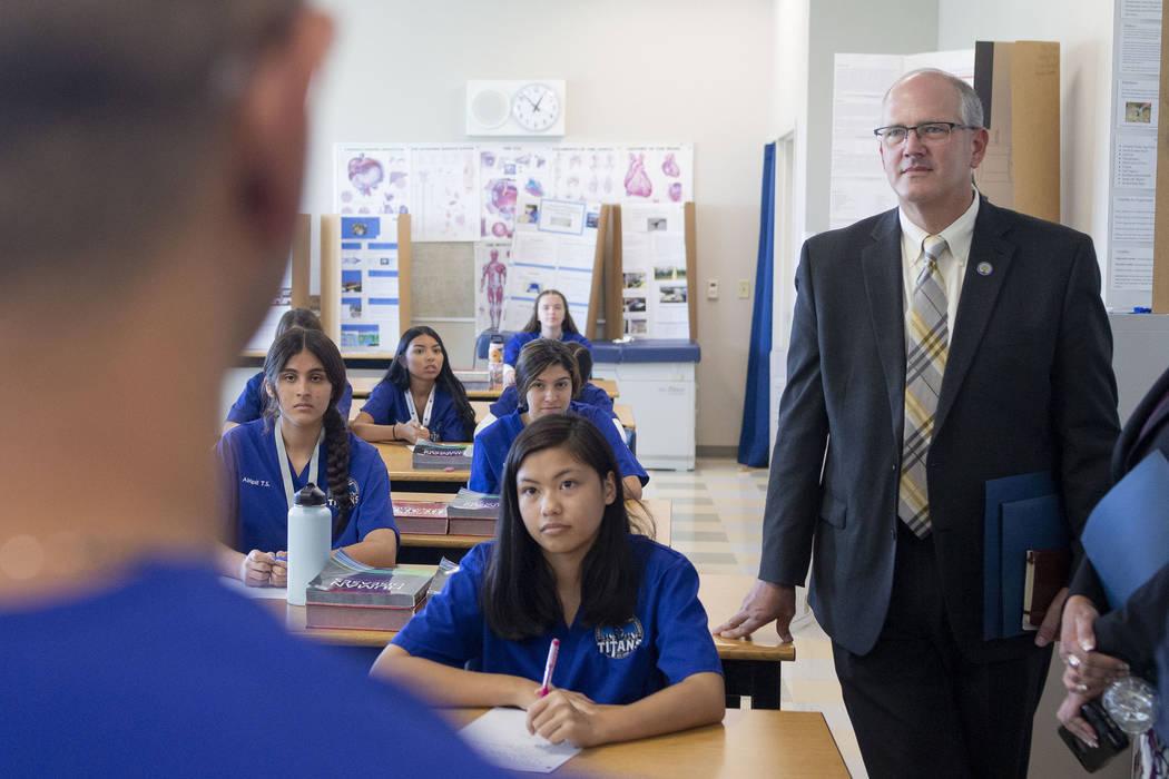 El subsecretario de Educación de los Estados Unidos, Scott Stump, visita un curso de profesion ...