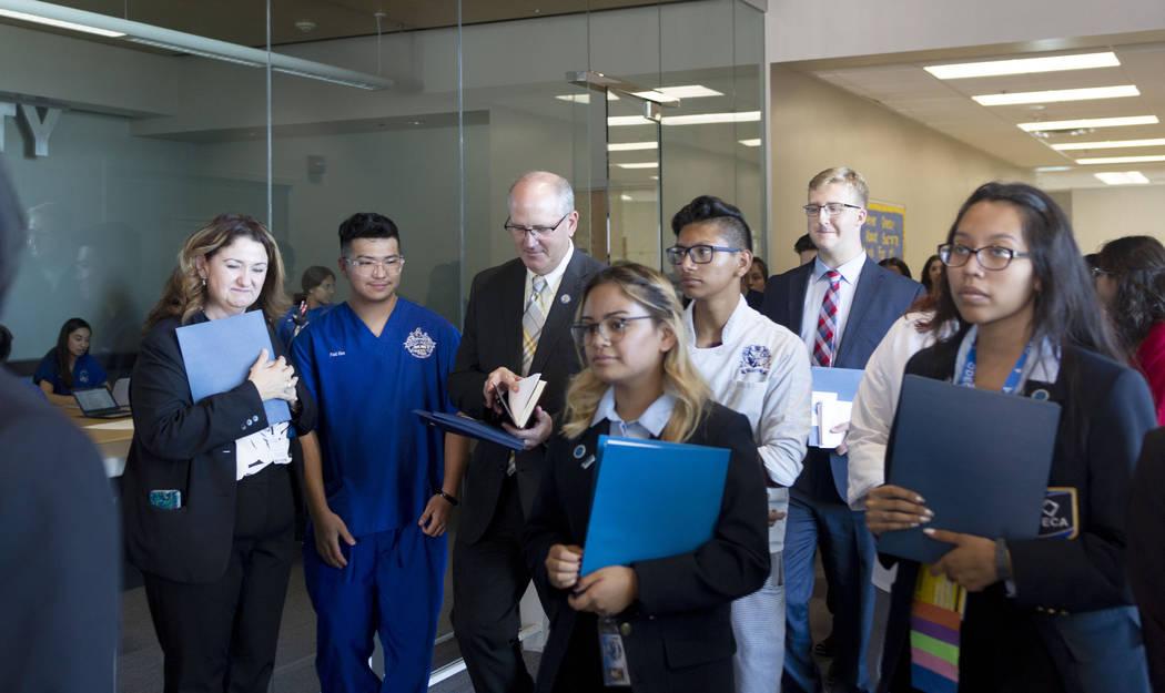 El subsecretario de educación estadounidense Scott Stump, tercero desde la izquierda, y su per ...