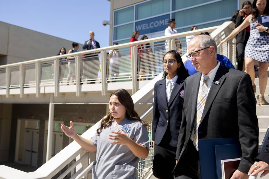 Giselle López, de 16 años, administradora de información de salud, realiza un recorrido para ...