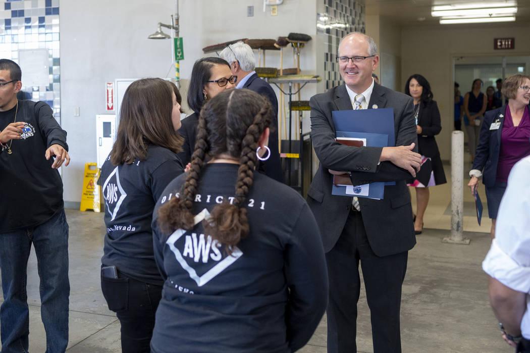 El subsecretario de Educación de Estados Unidos, Scott Stump, a la derecha, visita una clase d ...