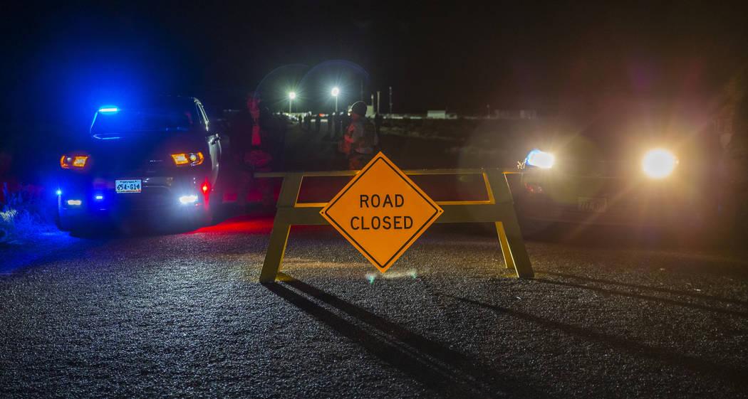 El camino está bloqueado para el tránsito cerca de la puerta trasera del Área 51 a medida qu ...