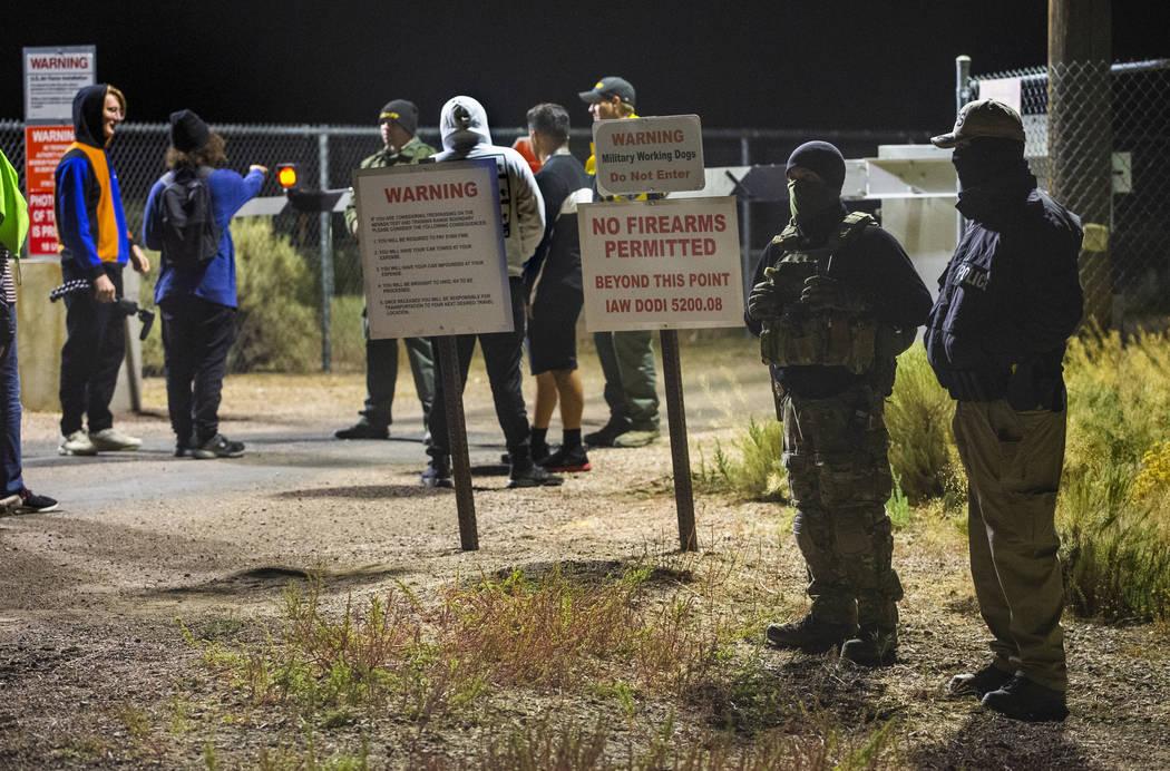 Personal de seguridad y asistentes cerca de la puerta trasera del Área 51 en homenaje a la ide ...
