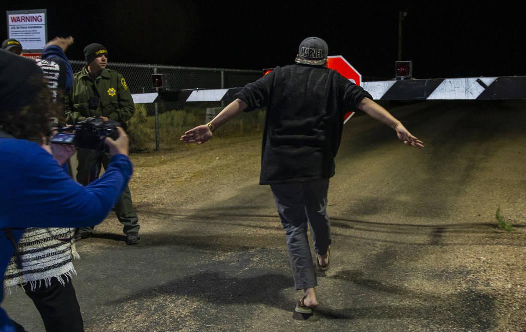 """Un asistente corre hacia la puerta trasera del Área 51 durante el festival """"Alienstock"""" el vie ..."""
