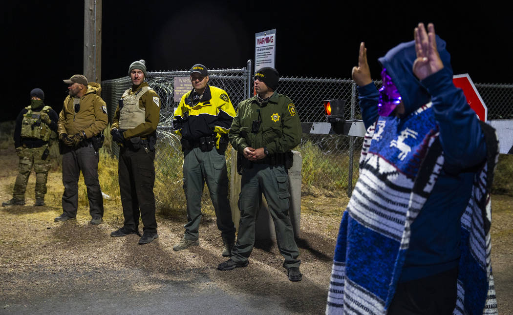 Un individuo disfrazado llega a la puerta trasera del Área 51 y se para ante el personal de se ...