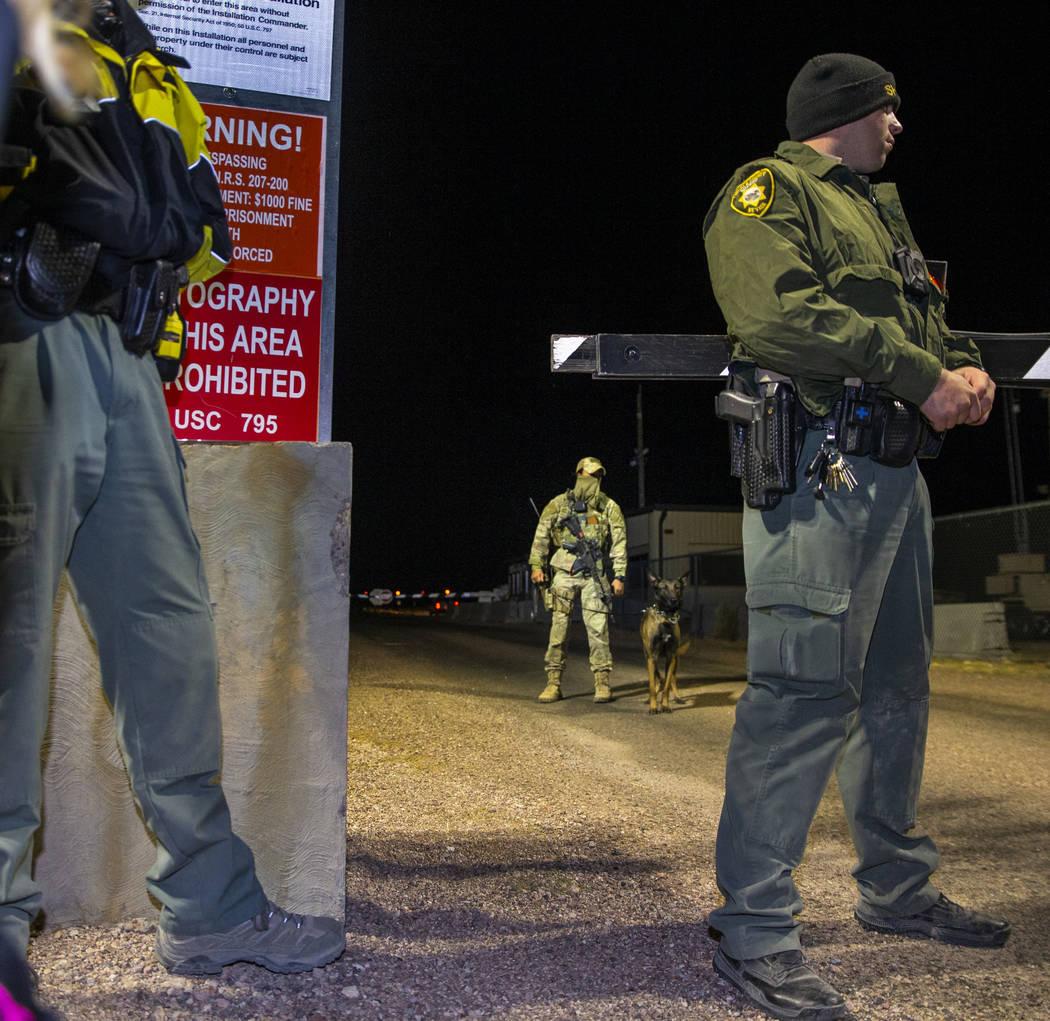 Personal de seguridad cerca de la puerta trasera del Área 51 en homenaje a la idea original de ...