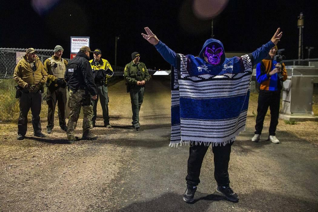 Un individuo enmascarado llega a la puerta trasera del Área 51 y se para ante el personal de s ...