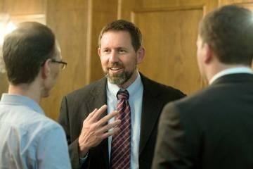 Lawrence VanDyke, al centro, el 23 de septiembre de 2014 en Missoula, Mont., es ex procurador g ...