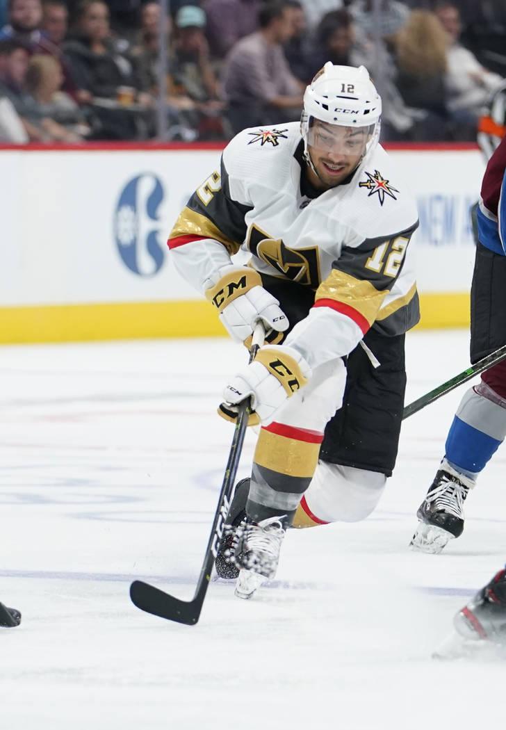 El alero izquierdo de los Vegas Golden Knights, Tyrell Goulbourne, patina durante un partido de ...