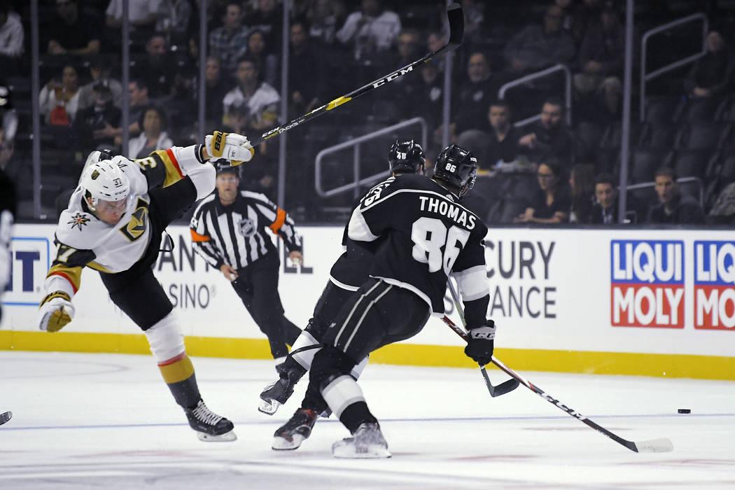 El centro de los Golden Knights de Las Vegas, Reid Duke, a la izquierda, cae mientras el centro ...