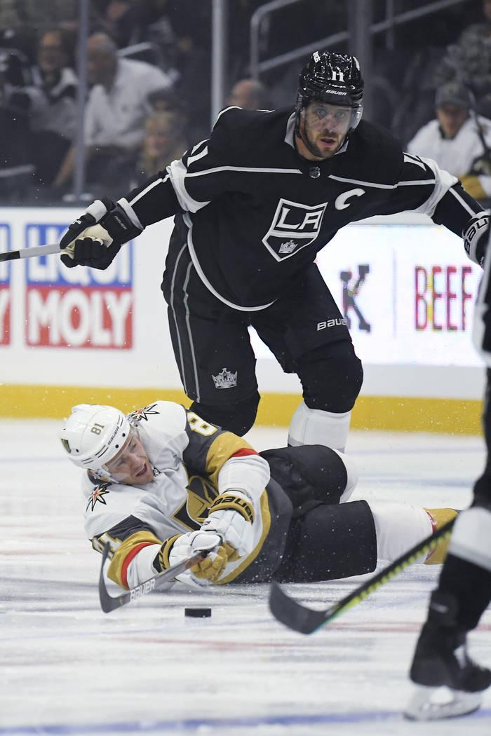 El centro de los Vegas Golden Knights, Jonathan Marchessault, cae al pasar el puck mientras est ...