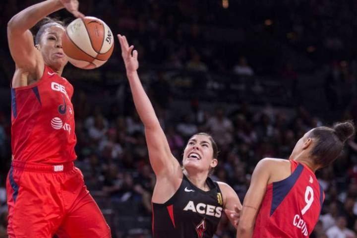 La jugadora de Las Vegas Aces, Kelsey Plum (10) intenta superar la marca de dos defensas de Was ...