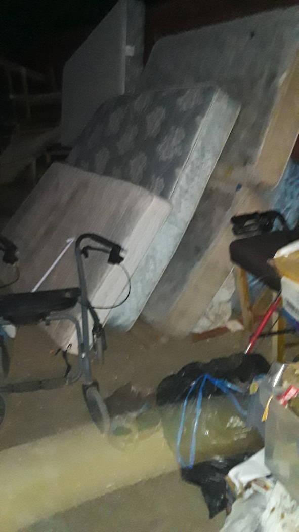Una foto de colchones y desorden tomada por John Crowe en 3105 Parkdale Avenue en los días pre ...