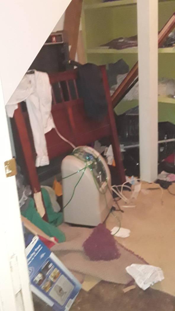 Una foto de basura y desorden tomada por John Crowe en 3105 Parkdale Avenue en los días previo ...