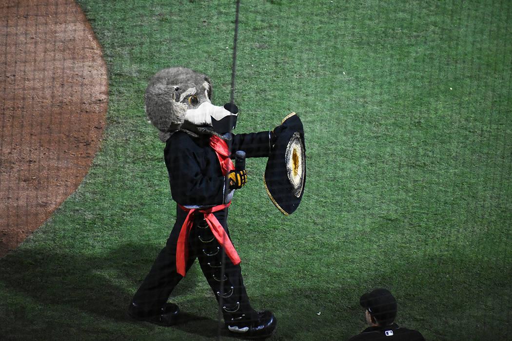 La mascota de los Naranjeros, Beto Coyote, divirtió a los asistentes. Sábado 21 de septiembre ...