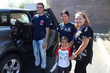 La señora López (derecha) recibió instrucciones de los técnicos en instalar 'car seats' ...