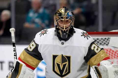 El portero de los Vegas Golden Knights, Marc-André Fleury (29) contra los San José Sharks dur ...