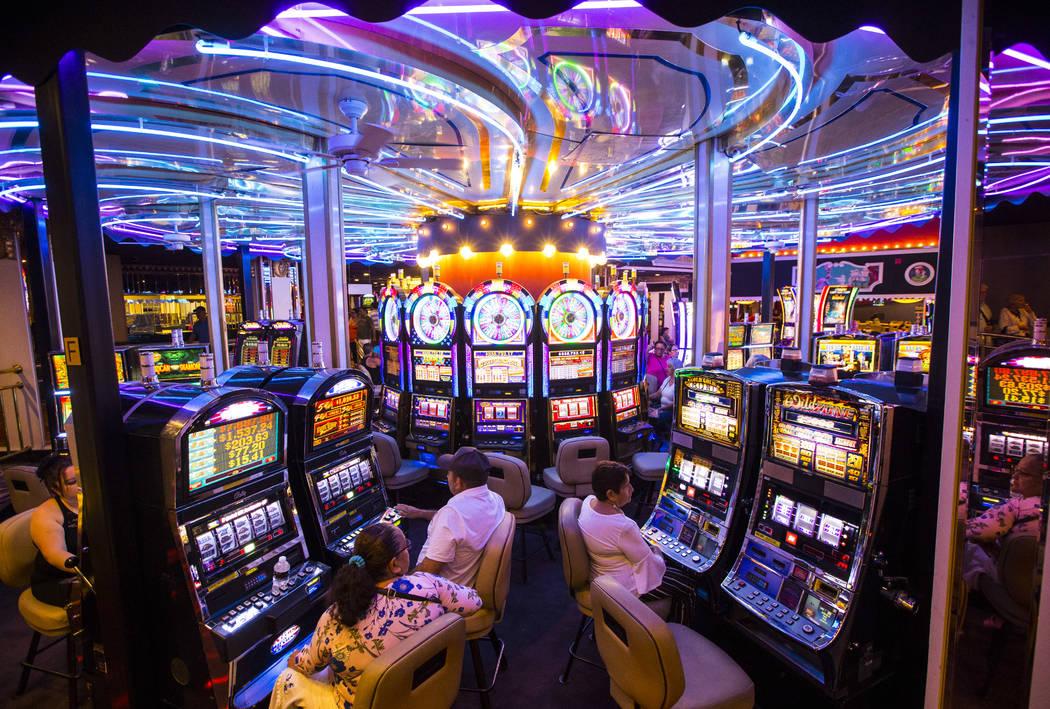 Los huéspedes del hotel juegan en máquinas tragamonedas en una superficie giratoria en Circus ...