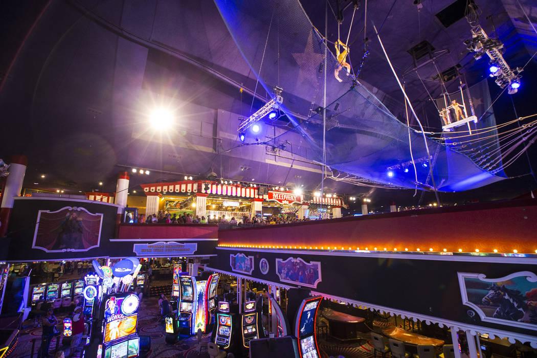 Los Flying Poemas se presentan en el carnaval a mitad de camino sobre el piso del casino en Cir ...