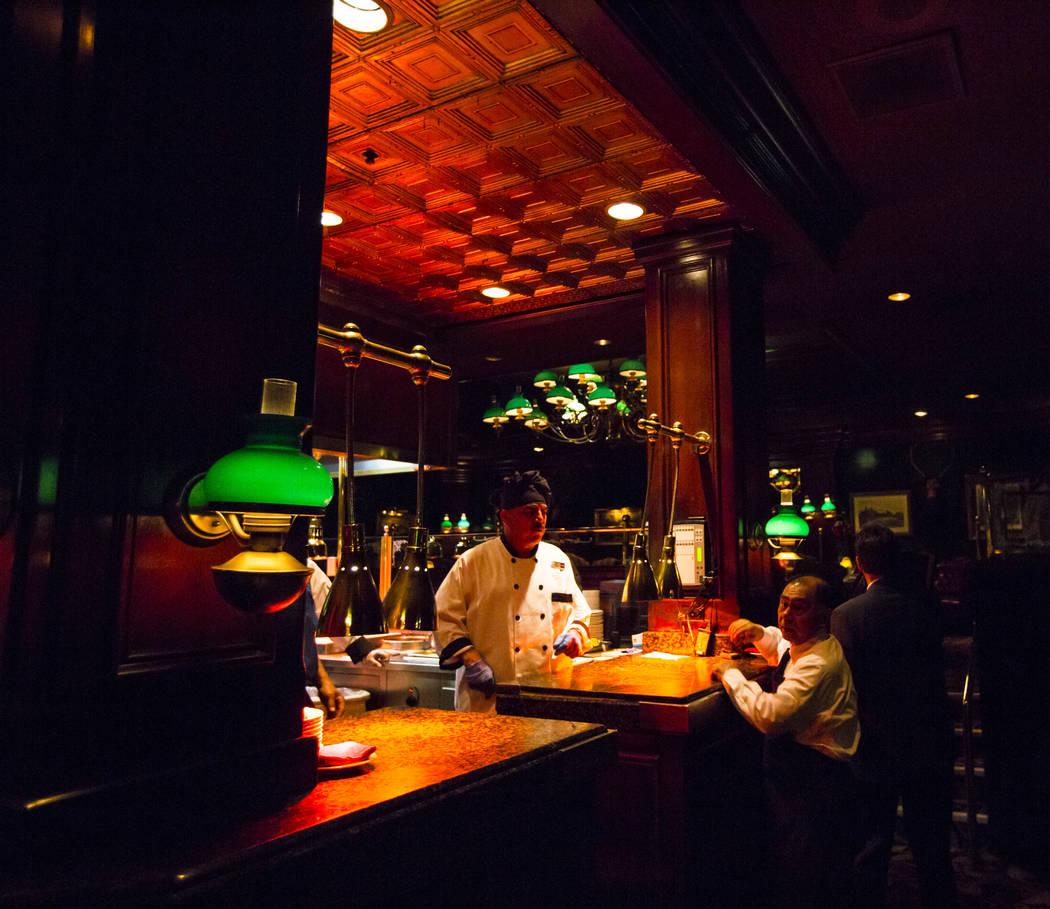 Un área de cocina en el centro del comedor en The Steak House en Circus Circus en Las Vegas. ( ...
