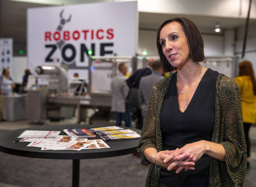 Laura Thompson con el PMMI habla sobre la PACK EXPO y cómo los robots de atrás están prepara ...