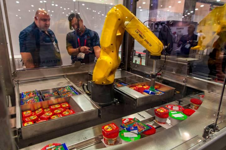 Un robot con Bosch Packaging Technology Inc. empaqueta almuerzos escolares para niños a travé ...