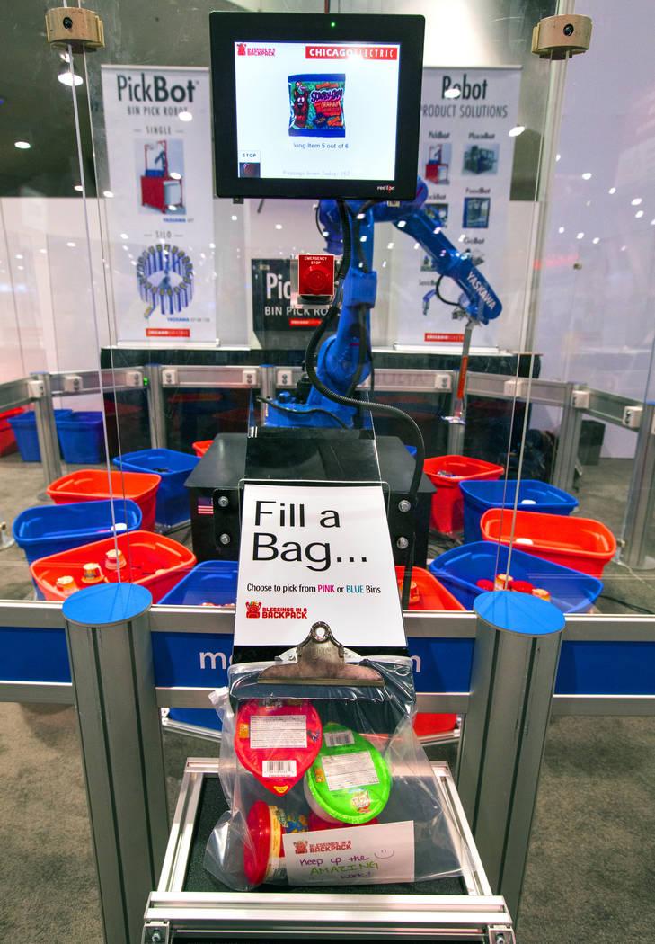 Un robot de Chicago Electric empaca almuerzos escolares para niños a través de Blessings in a ...