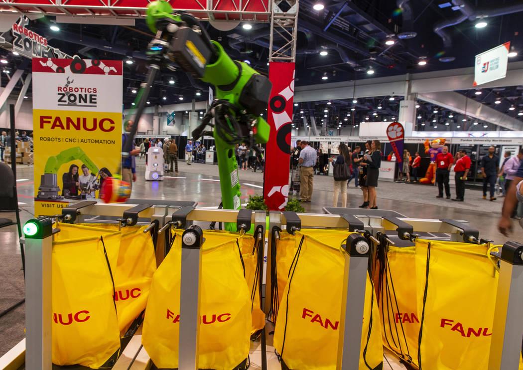 Un robot de Fanuc empaca almuerzos escolares para niños a través de Blessings in a Backpack e ...
