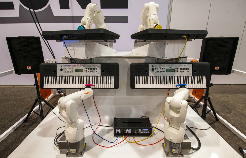 Una banda de robots Kuka de ProMach Performance Services toca pianos para los asistentes en la ...