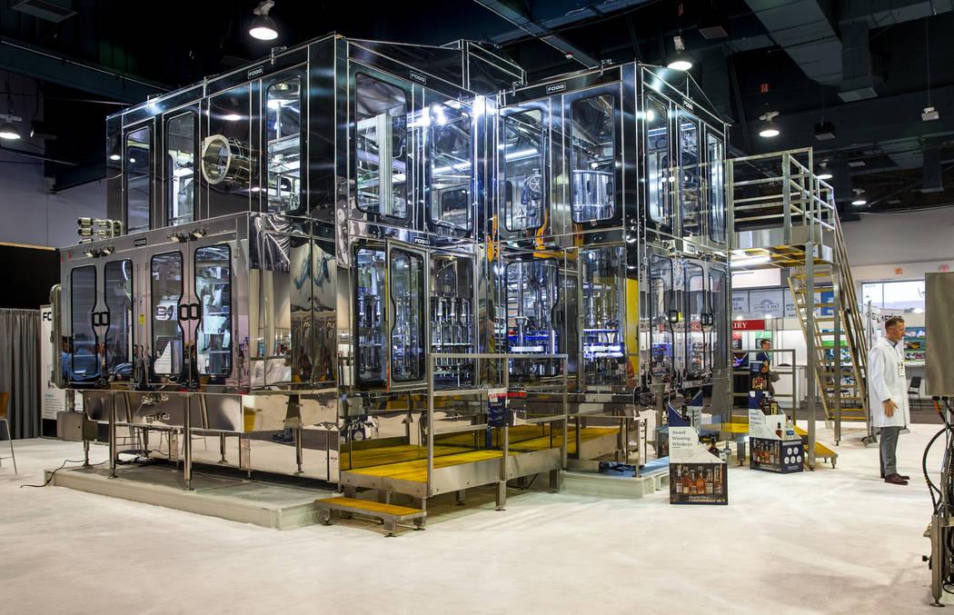 Una enorme máquina de llenado sin contacto Fogg es una de las muchas exhibidas en la PACK EXPO ...