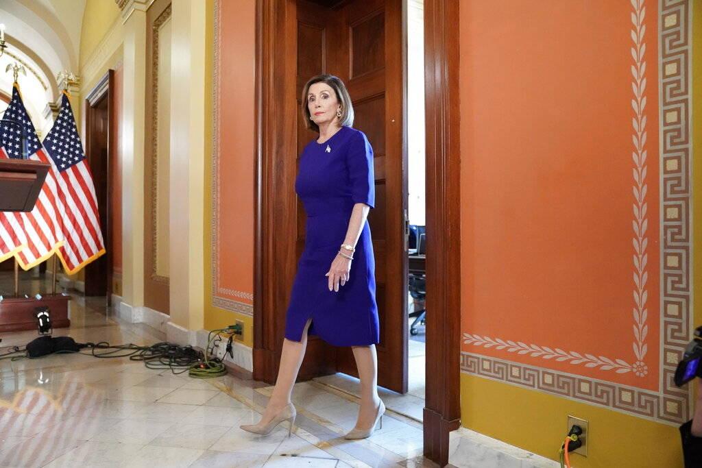 La presidenta de la Cámara de Representantes, Nancy Pelosi, de California, sale a leer una dec ...