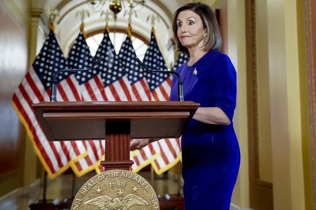 La presidenta de la Cámara de Representantes, Nancy Pelosi, de California, llega al estrado pa ...