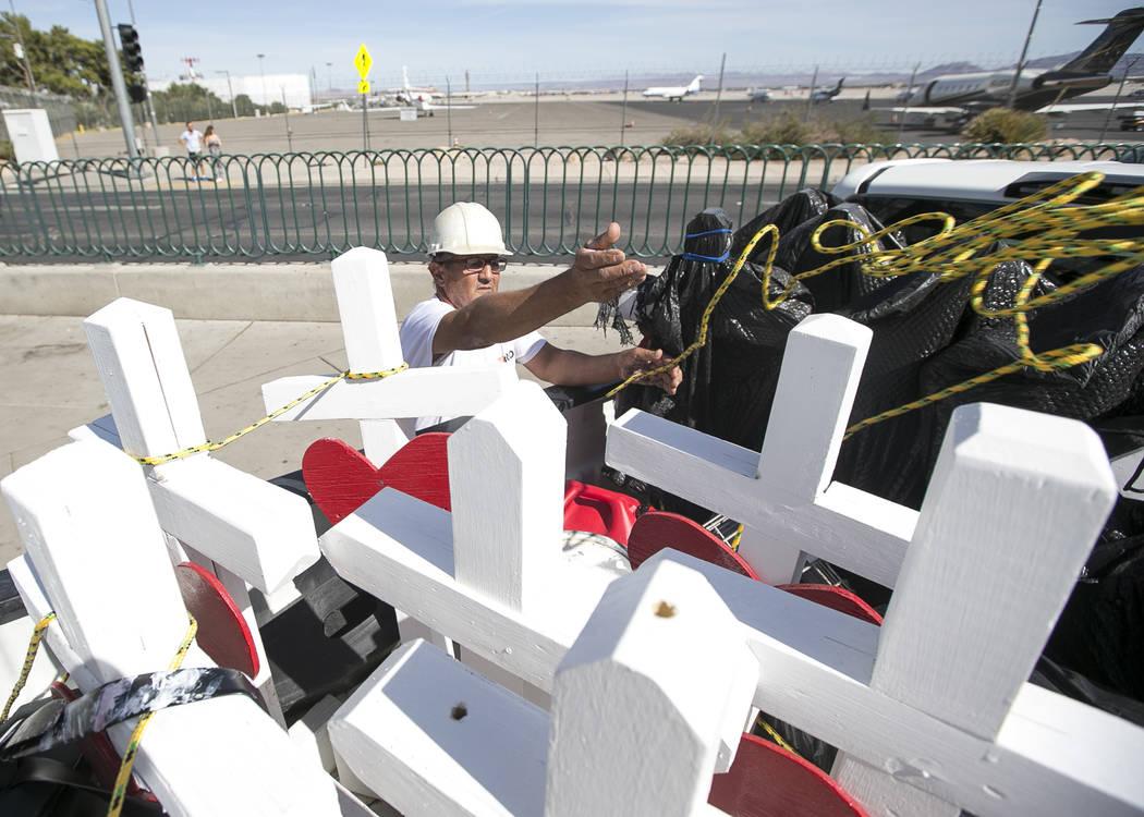 """Greg Zanis, de Aurora, Illinois, instala 58 cruces cerca del letrero """"Welcome to Fabulous Las V ..."""